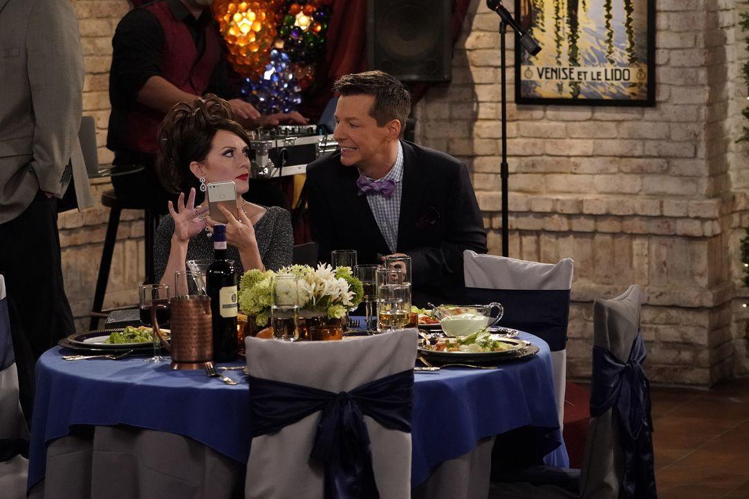 Beschäftigen sich auf der Hochzeit eines Bekannten mit ganz unterschiedlichen Themen: Karen (Megan Mullally, l.) und Jack (Sean Hayes, r.) ... - Bildquelle: ProSieben (Komm./PR) 2017 NBCUniversal Media, LLC