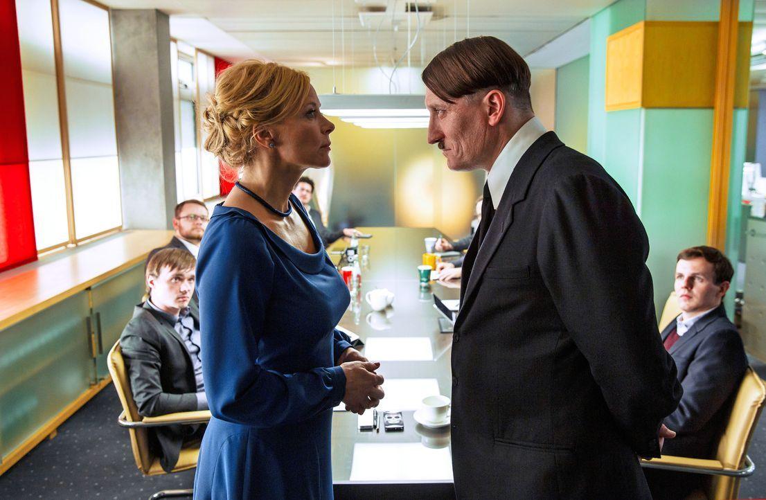 Die Vorsitzende des TV-Senders MyTV, Frau Bellini (Katja Riemann, l.), ist begeistert von dem angeblichen Imitator Adolf Hitler (Oliver Masucci, r.)... - Bildquelle: 2015 Constantin Film Verleih GmbH.