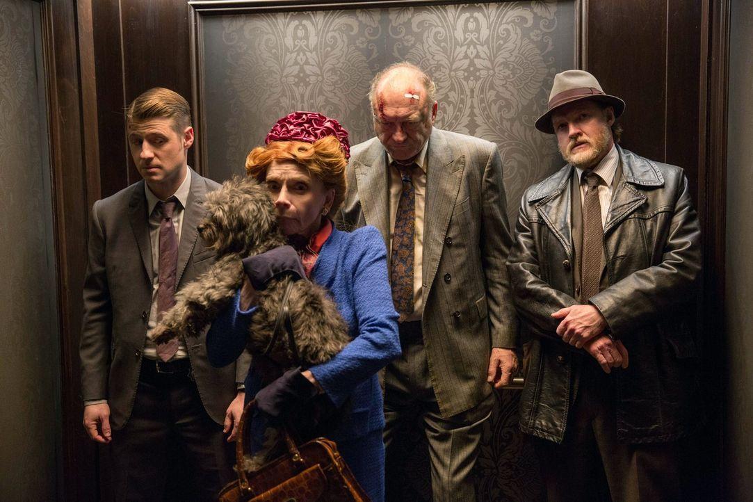 Der Bandenkrieg in Gotham City eskaliert immer weiter. Falcone (John Doman, 2.v.r.), Gordon (Ben McKenzie, l.) und Bullock (Donal Logue, r.) haben m... - Bildquelle: Warner Bros. Entertainment, Inc.