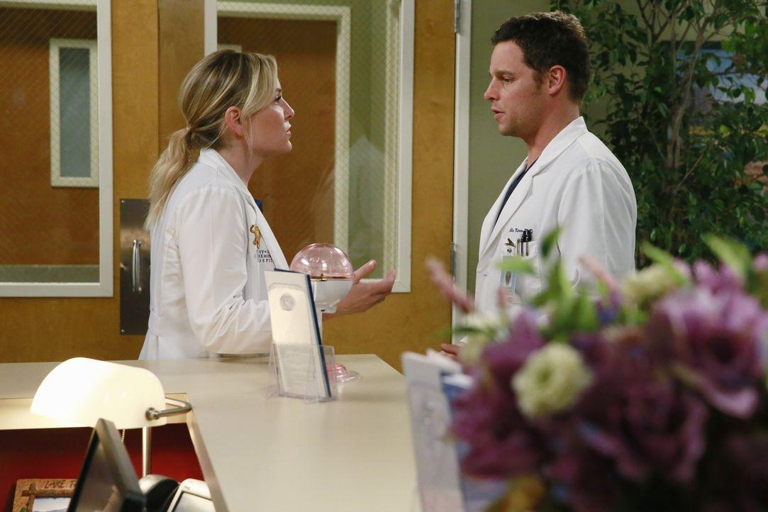 Während Alex (Justin Chambers, r.) sich um die Patienten des Flugzeugabsturz kümmert, macht sich Meredith (Ellen Pompeo, l.) große Sorgen um Derek .... - Bildquelle: ABC Studios