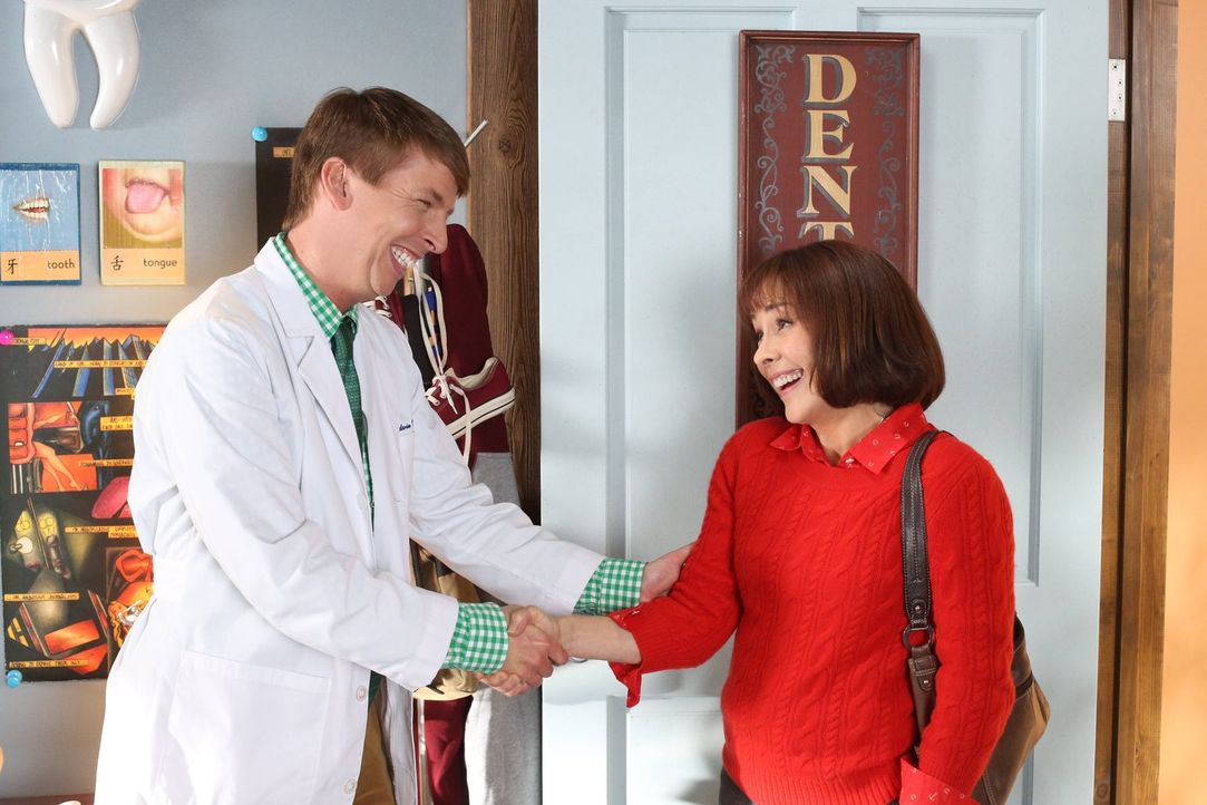 Festentschlossen bewirbt sich Frankie (Patricia Heaton, r.) bei Dr. Goodwin (Jack McBrayer, l.) um einen Job. Nach dem Interview ist ihre Laune jedo... - Bildquelle: Warner Brothers