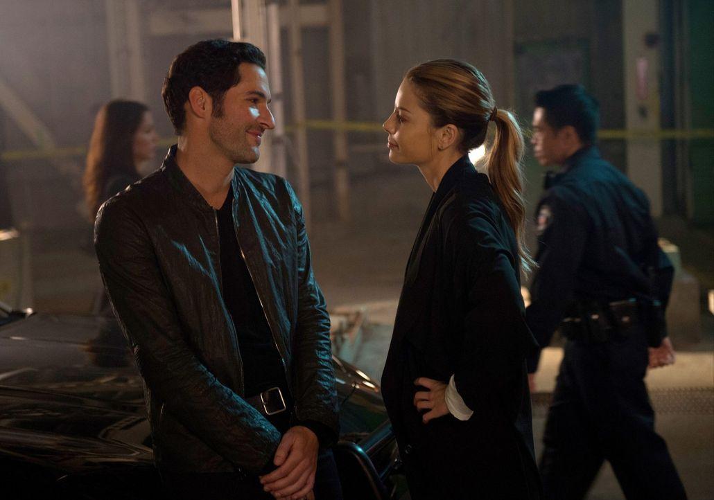 Beginnt Chloe (Lauren German, r.) tatsächlich Lucifer (Tom Ellis, l.) zu glauben, dass er der Teufel ist oder muss sich Lucifer eingestehen, dass er... - Bildquelle: 2016 Warner Brothers