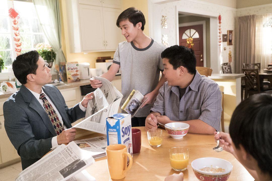 Noch ahnen (v.l.n.r.) Louis (Randall Park), Emery (Forrest Wheeler) und Eddie (Hudson Yang) nicht, dass das chinesische Neujahrsfest schon bald auße... - Bildquelle: 2017-2018 American Broadcasting Companies. All rights reserved.