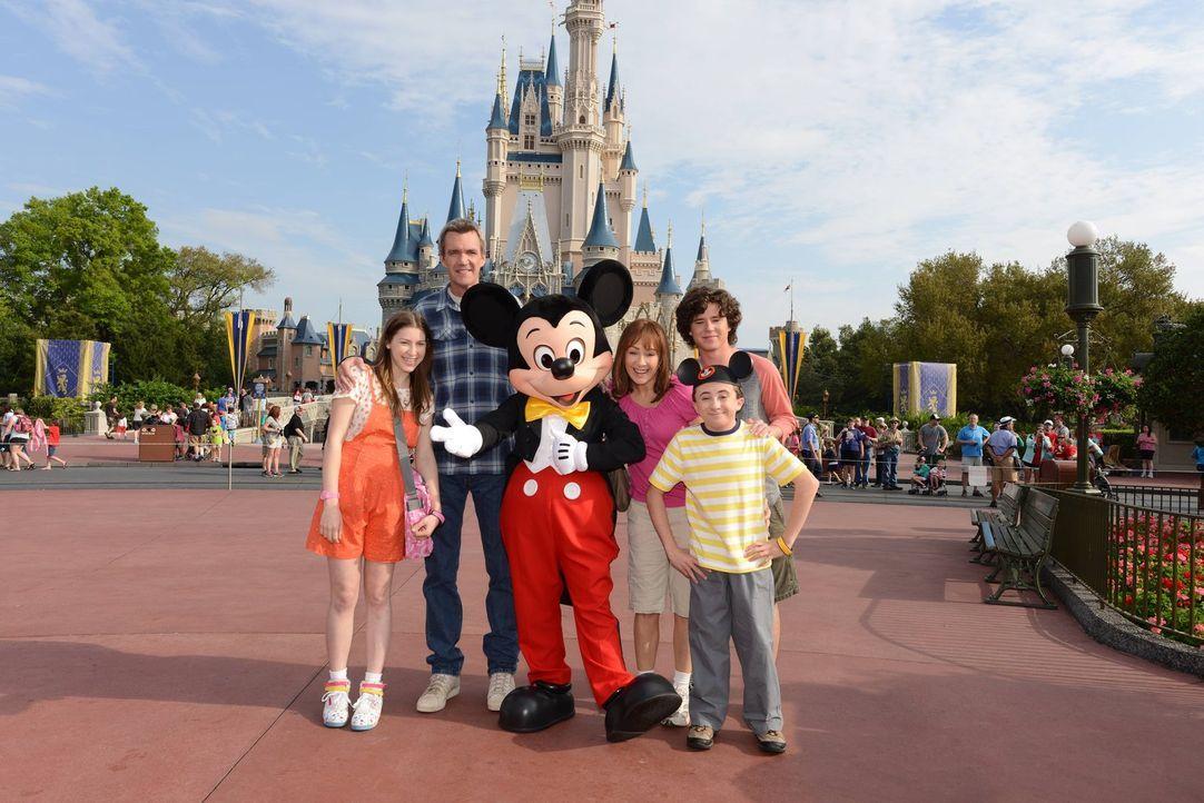 (v.l.n.r.) Sue (Eden Sher); Mike (Neil Flynn); Mickey Mouse; Frankie (Patricia Heaton); Axl (Charlie McDermott); Brick (Atticus Shaffer) - Bildquelle: Warner Brothers