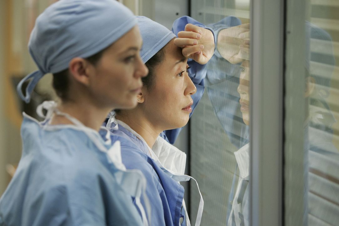 Von einer seltsamen Vorahnung geplagt, will Meredith (Ellen Pompeo, l.) nicht zur Arbeit gehen, doch Cristina (Sandra Oh, r.) lässt dies nicht zu un... - Bildquelle: Touchstone Television