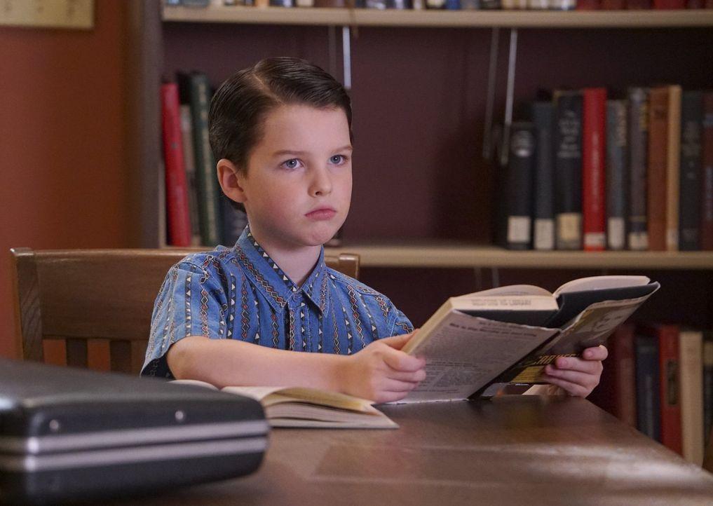 Als Sheldon (Iain Armitage) erkennt, dass sich seine Mutter wegen seiner fehlenden Freundschaften Sorgen macht, besorgt er sich einen Ratgeber, der... - Bildquelle: Warner Bros.