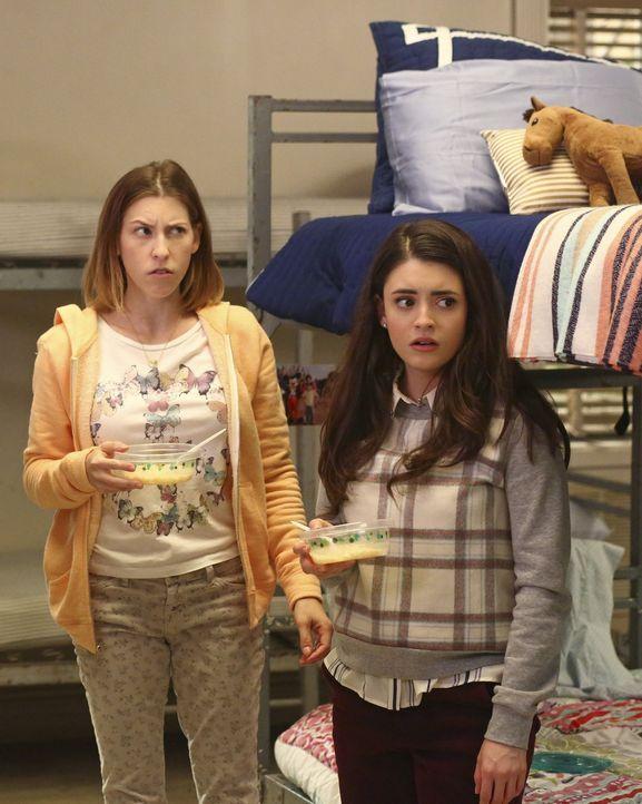 So hatten sich Sue (Eden Sher, l.) und Lexie (Daniela Bobadilla, r.) ihren Tag nicht vorgestellt, denn plötzlich tauchen Axl, Hutch und Kenny auf un... - Bildquelle: Warner Bros.