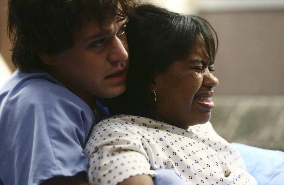 Unerwartet dringt George (T.R. Knight, l.) zu Bailey (Chandra Wilson, r.) durch und assistiert Addison bei der Geburt ... - Bildquelle: Touchstone Television