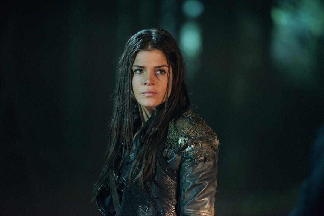 Octavia (Marie Avgeropoulos) sucht verzweifelt nach ihrem Platz in der komplizierten Welt. Sie versucht sich darauf zu besinnen, wer sie wirklich is... - Bildquelle: 2014 Warner Brothers
