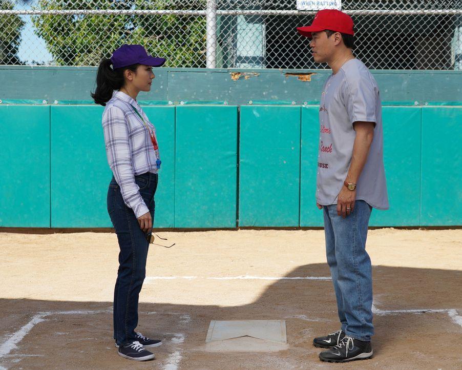 """Als Louis (Randall Park, r.) sich dazu entschließt, das """"Cattlemans Ranch"""" Softball Team alleine managen zu wollen, übernimmt Jessica (Constance Wu,... - Bildquelle: Richard Cartwright 2017-2018 American Broadcasting Companies. All rights reserved."""