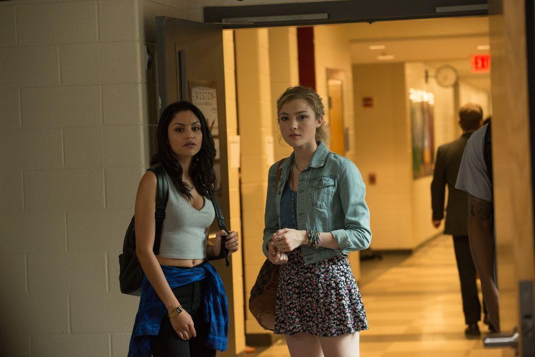 Nachdem Bianca erkannt hat, dass sie die DUFF in ihrer Clique ist, wird ihre Freundschaft mit Casey (Bianca A. Santos, l.) und Jess (Skyler Samuels,... - Bildquelle: 2015 Granville Pictures Inc. ALL RIGHTS RESERVED.