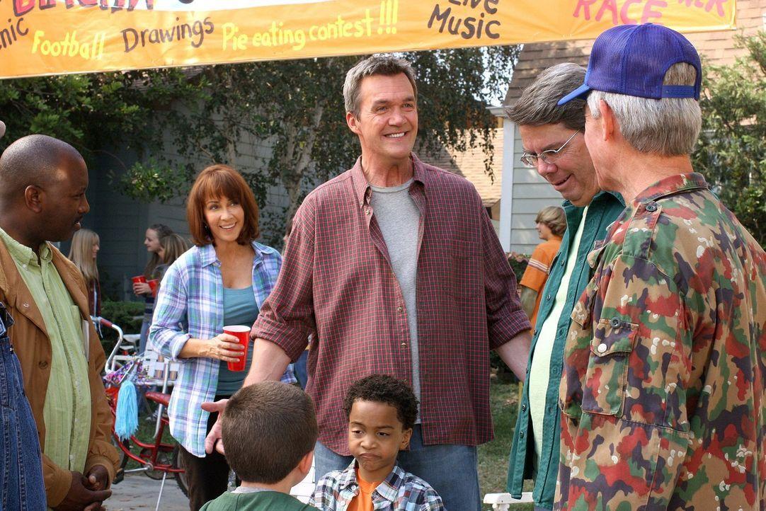 Bei einem Straßenfest entdecken Frankie (Patricia Heaton, 2.v.l.) und Mike (Neil Flynn, 3.v.l.), dass ihr Sohn Brick versteckte Talente hat ... - Bildquelle: Warner Brothers
