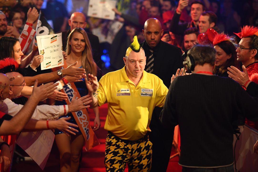 Der Darts-Profi Peter Wright zeigt den Promis, was es wirklich heißt, Darts zu spielen ... - Bildquelle: Willi Weber ProSieben