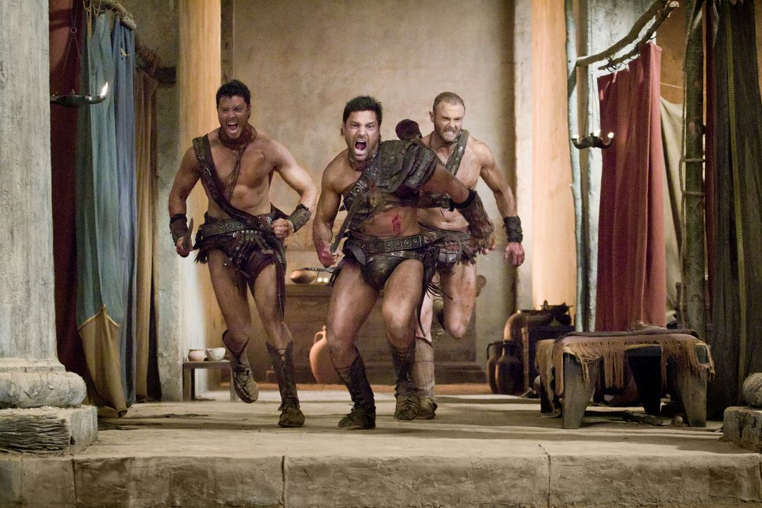 Die Römer kommen! (v.l.n.r.) Agron (Daniel Feuerriegel), Crixus (Manu Bennett) und Donar (Heath Jones) ... - Bildquelle: 2011 Starz Entertainment, LLC. All rights reserved.