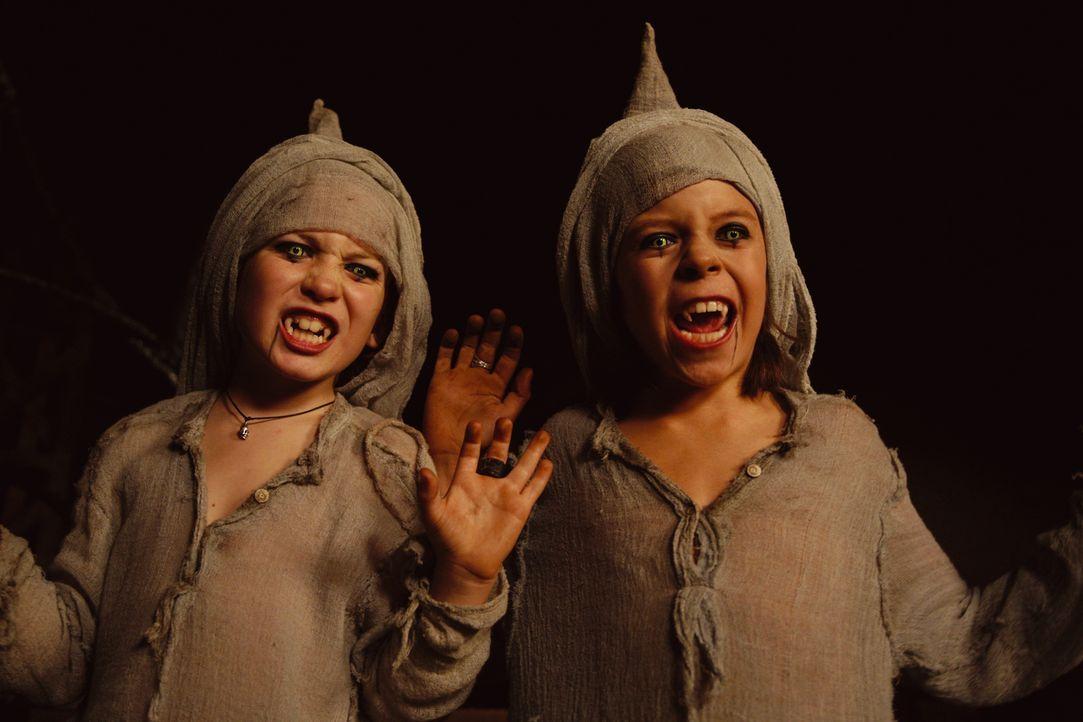 """Vampirnachwuchs Jeckyl (Sandro Iannotta, r.) und Hyde (Bruno Schubert, l.) sind Klette und Nerv auf der Spur - die beiden verfolgen  """"die wilden Ker... - Bildquelle: Buena Vista International"""
