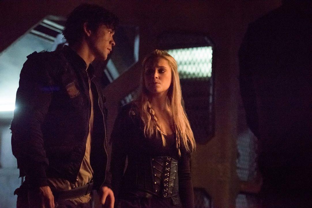 Nachdem all ihre Hoffnungen von Luna zerstört wurden, suchen Bellamy (Bob Morley, l.) und Clarke (Eliza Taylor, r.) nach einem neuen Weg ... - Bildquelle: 2014 Warner Brothers