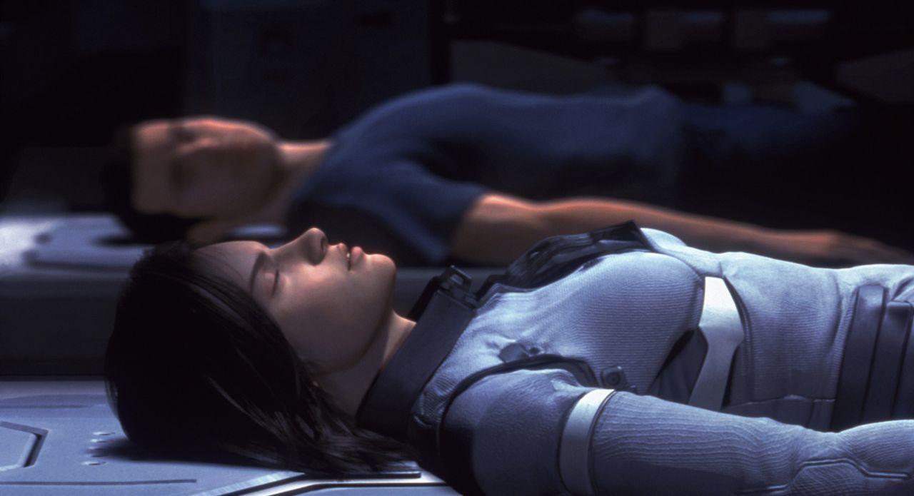 Werden Gray Edwards (hinten) und Aki (vorne) die Erde retten können? - Bildquelle: 2003 Sony Pictures Television International. All Rights Reserved.