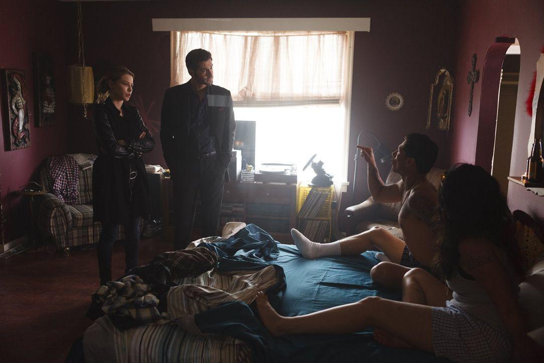 Chloe (Lauren German, l.) und Lucifer (Tom Ellis, 2.v.l.) wollen eine Schießerei bei einer Modeschau aufklären und die Ermittlungen bringen die beid... - Bildquelle: 2016 Warner Brothers