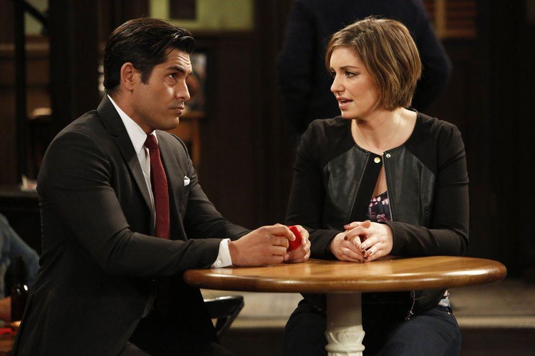 Mike (Mike Catherwood, l.) hofft auf die Unterstützung seiner Freunde, als er Leslie (Bianca Kajlish, r.) einen Heiratsantrag machen möchte. Doch we... - Bildquelle: Warner Brothers