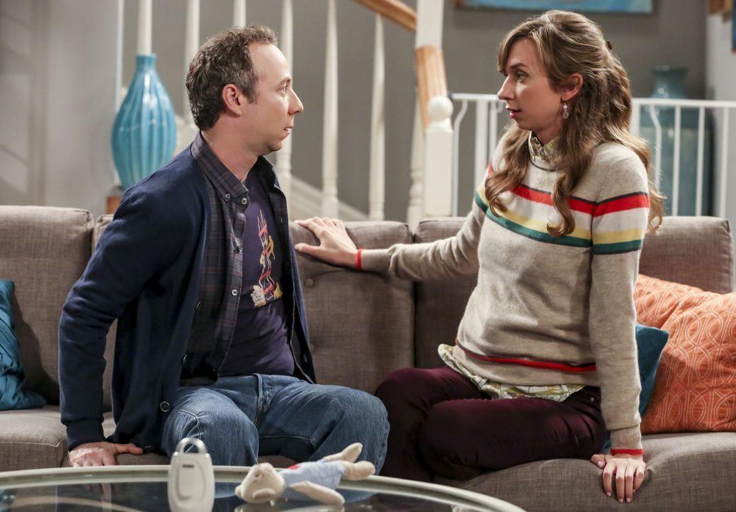 Stuart (Kevin Sussman, l.); Denise (Lauren Lapkus, r.) - Bildquelle: Warner Bros. Television