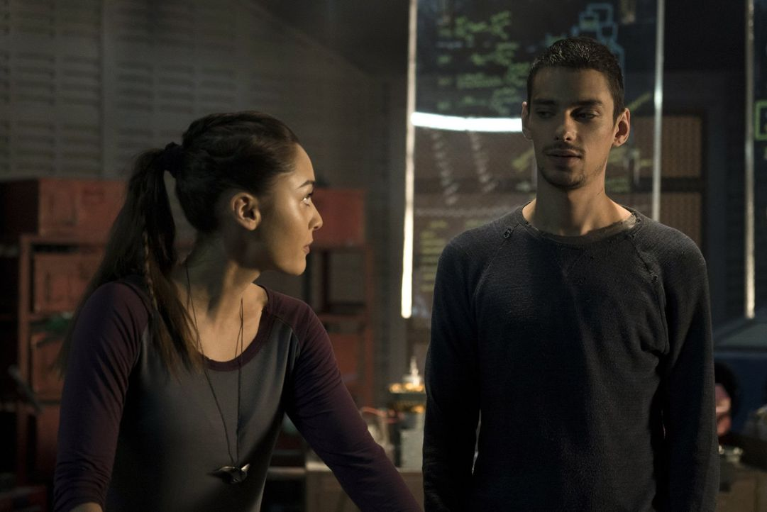 Raven (Lindsey Morgan, l.) fasst einen Plan und hofft dabei auf die Unterstützung von Jasper (Devon Bostick, r.), doch dann stellt Jasper genau die... - Bildquelle: 2014 Warner Brothers