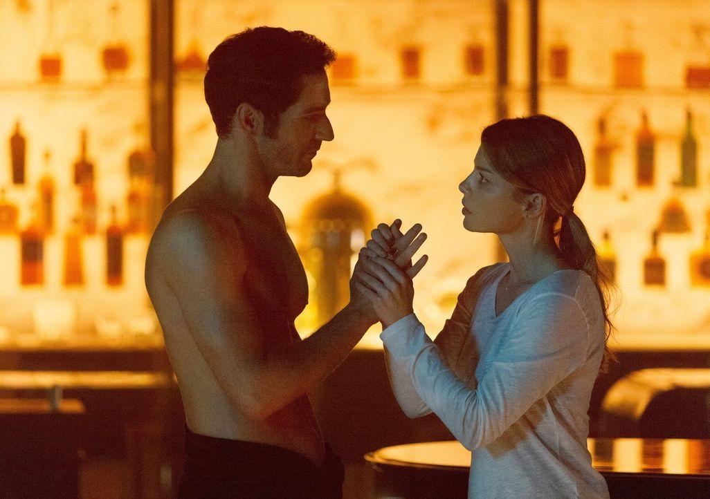 Lucifer (Tom Ellis, l.) sucht nach einem Weg, um sich von Chloes Einfluss zu befreien, doch ist es wirklich der richtige Weg, Chloe (Lauren German,... - Bildquelle: 2016 Warner Brothers