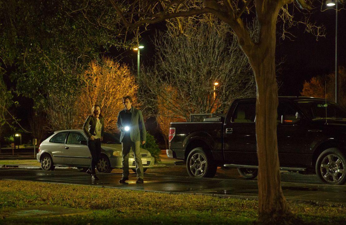 Haben Jamie (Kristen Connolly, l.) und Mitch (Billy Burke, r.) endlich die Haustiere gefunden, die aus der Nachbarschaft abgehauen sind? - Bildquelle: Steve Dietl 2015 CBS Broadcasting Inc. All Rights Reserved.