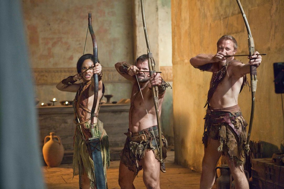 Ein Kampf auf Leben und Tod entbrennt zwischen Glabers Truppen und Spartacus' Sklaven: Naevia (Cynthia-Addai Robinson, l.) und Donar (Heath Jones, M... - Bildquelle: 2011 Starz Entertainment, LLC. All rights reserved.