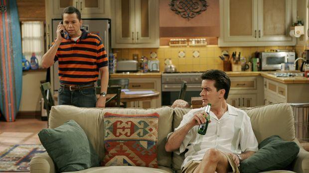 Alan (Jon Cryer, l.) bietet Charlie (Charlie Sheen, r.) an, seine Satellitens...
