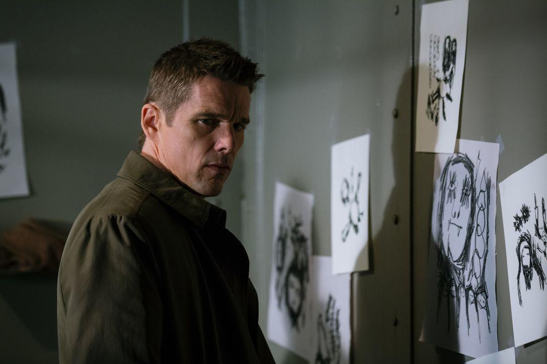 Sein neuster Fall zwingt Detective Bruce Kenner (Ethan Hawke) dazu, mehr zu sehen, als auf den ersten Blick deutlich wird ... - Bildquelle: Tobis Film