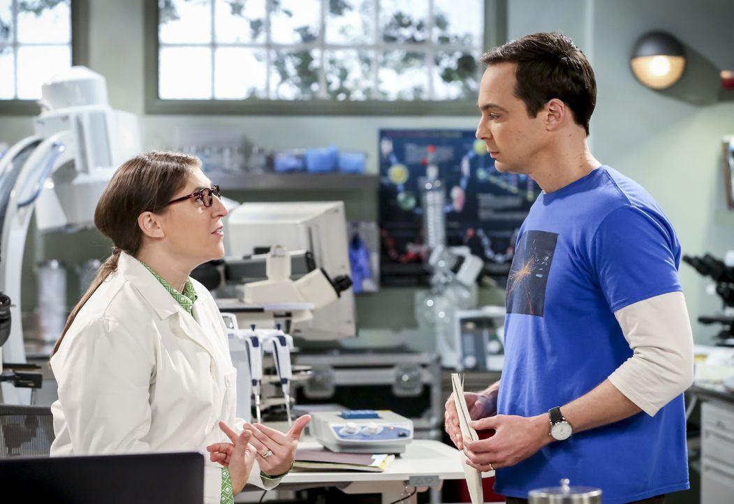 Amy (Mayim Bialik, l.); Sheldon (Jim Parsons, r.) - Bildquelle: Michael Yarish Warner Bros./Michael Yarish