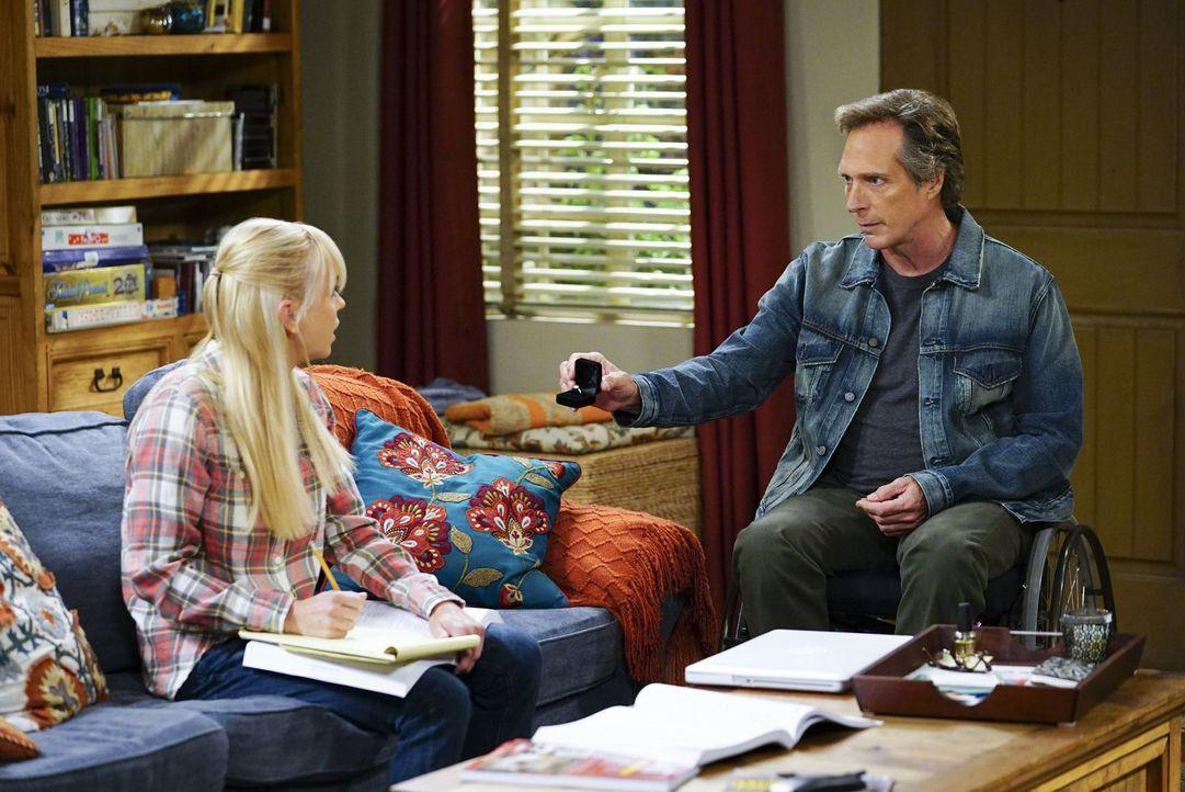 Wie wird Christy (Anna Faris, l.) reagieren, wenn Adam (William Fichtner, r.) ihr offenbart, dass er ihrer Mutter einen Antrag machen will? - Bildquelle: 2017 Warner Bros.