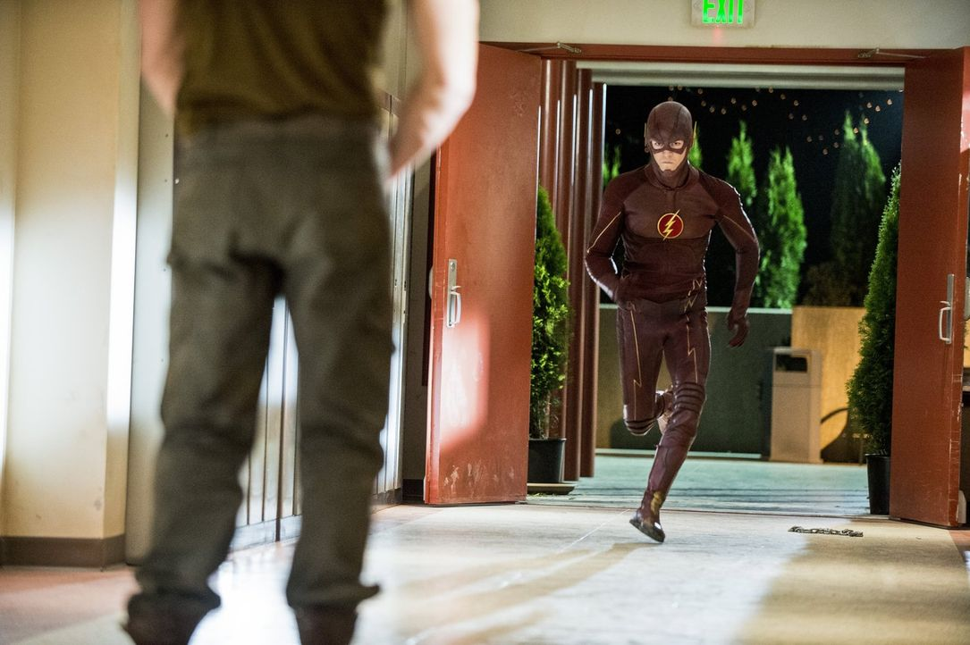 Während sich Dr. Wells und Caitlin Sorgen um Barrys (Grant, Gustin, r.) Sicherheit machen, entwickelt Cisco einen Plan, um Tony (Greg Finley, l.) de... - Bildquelle: Warner Brothers.