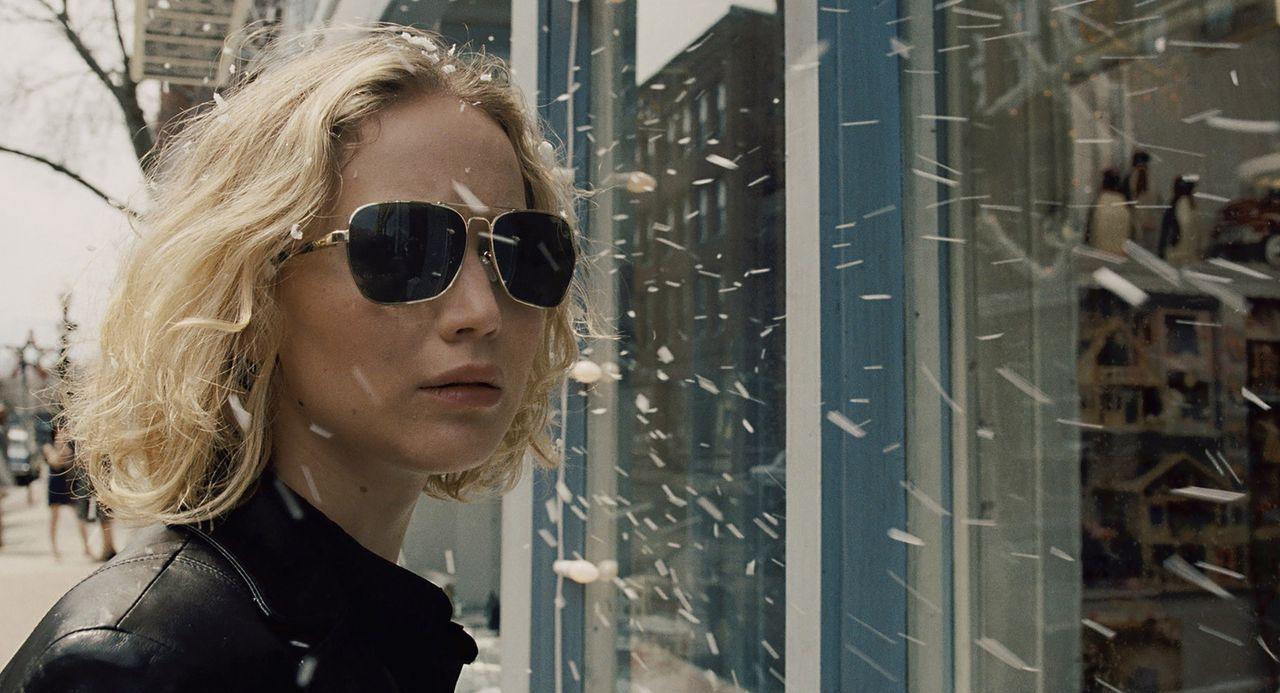Erst als Joy (Jennifer Lawrence) scheinbar alles verliert, erkennt sie, dass sie ihre Familie in geschäftlichen Dingen besser außen vor halten und n... - Bildquelle: 2015 Twentieth Century Fox Film Corporation. All rights reserved.