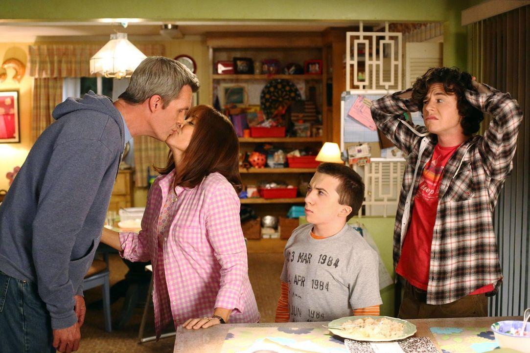 (v.l.n.r.) Mike (Neil Flynn); Frankie (Patricia Heaton); Brick (Atticus Shaffer); Axl (Charlie McDermott) - Bildquelle: Warner Brothers