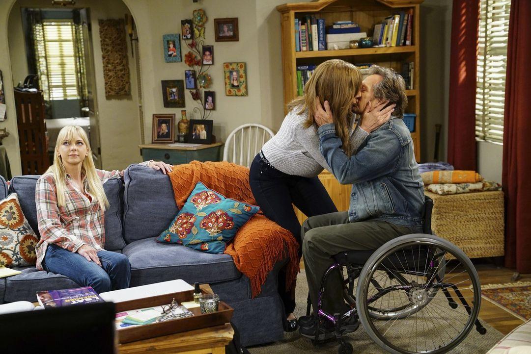 Christy (Anna Faris, l.) riskiert, bei einem wichtigen Test durchzufallen, um einer anderen Alkoholikerin zu helfen. Unterdessen sprechen Bonnie (Al... - Bildquelle: 2017 Warner Bros.