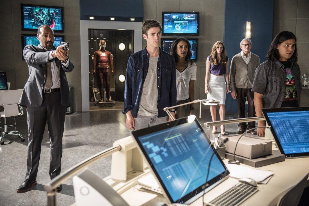 Barry (Grant Gustin, 2.v.l.) wird schmerzlich bewusst, dass er ohne seine Freunde Joe (Jesse L. Martin, l.), Iris (Candice Patton, 3.v.l.), Caitlin... - Bildquelle: 2015 Warner Brothers.