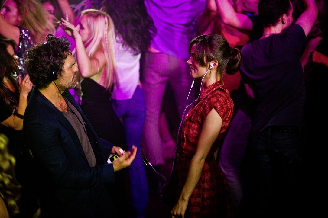 Der ausgebrannte Musikproduzent Dan (Mark Ruffalo, l.) hat nach Jahren der rastlosen Suche in der Musikerin Gretta (Keira Knightley, r.) das Talent... - Bildquelle: 2013 KILLIFISH PRODUCTIONS, INC. ALL RIGHTS RESERVED.