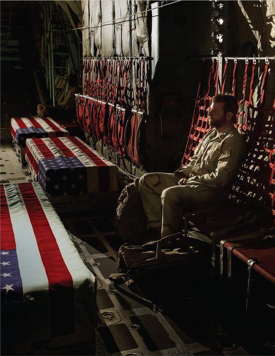 Star-Scharfschütze Chris (Bradley Cooper) muss in der Heimat feststellen, dass es der Krieg ist, den er nicht hinter sich lassen kann ... - Bildquelle: 2014 Warner Bros. Entertainment Inc.