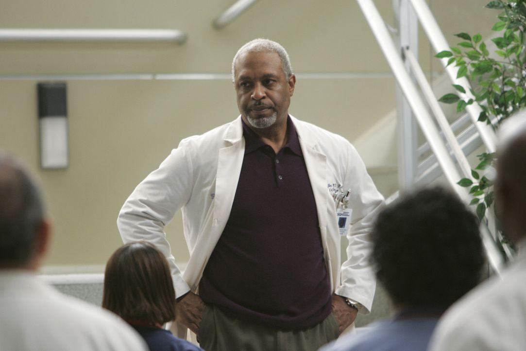 Bombenalarm im Krankenhaus: Dr. Richard Webber (James Pickens, Jr.) überbringt den Mitarbeiten die schockierende Nachricht ... - Bildquelle: Touchstone Television