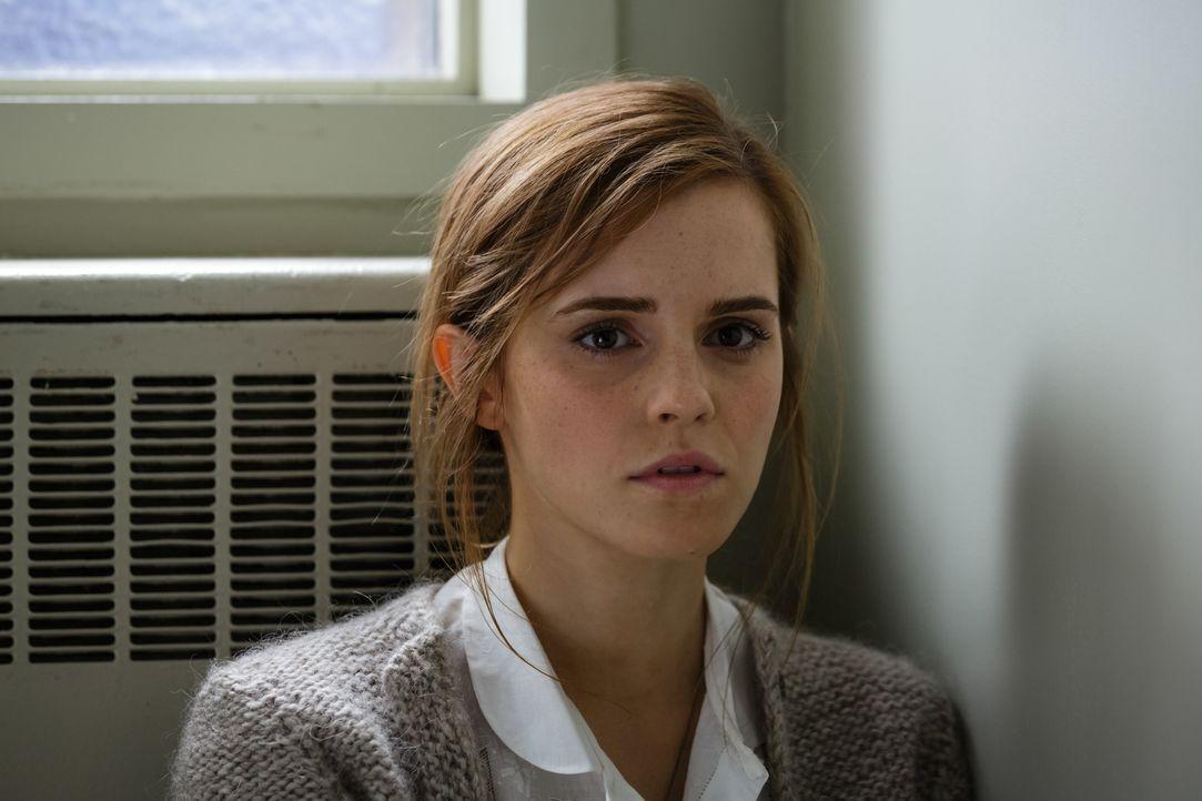 Wird es Angela Gray (Emma Watson) tatsächlich gelingen, den Weg weiterzugehen, den sie mit ihrem ersten Geständnis eingeschlagen hat? - Bildquelle: Tobis Film