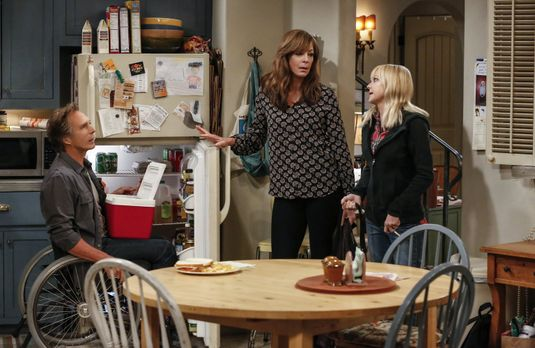 Christy (Anna Faris, r.) erzählt Bonnie (Allison Janney, M.) und Adam (Willia...