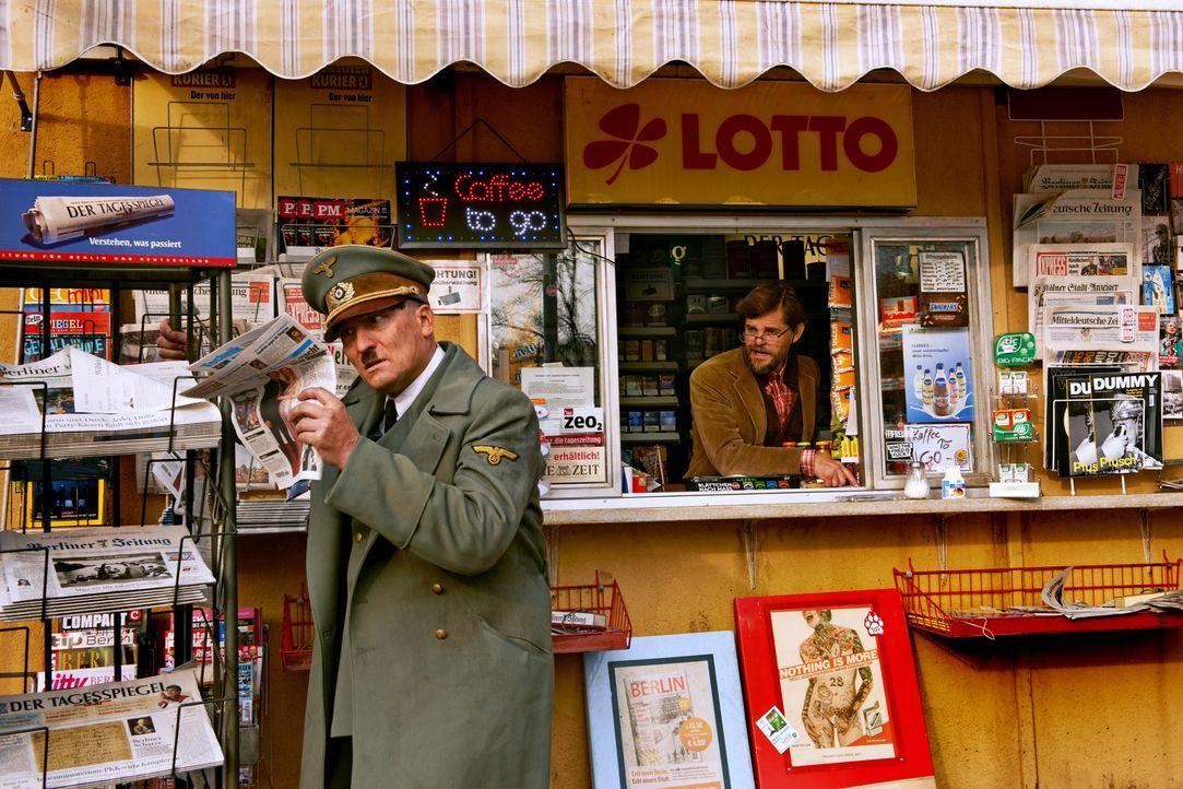 Als ein Kioskbesitzer (Lars Rudolph, r.) mitten in Berlin auf Adolf Hitler (Oliver Masucci, l.) trifft, ist er begeistert, schließlich glaubt er, au... - Bildquelle: 2015 Constantin Film Verleih GmbH.