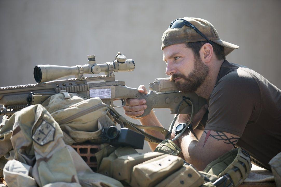 Während daheim sein Leben auseinanderbricht, geht US-Navy-SEAL und Scharfschütze Chris Kyle (Bradley Cooper) zum vierten Einsatz in den Irak. Noch i... - Bildquelle: 2014 Warner Bros. Entertainment Inc.