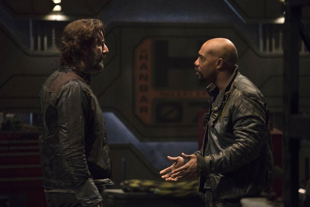 Wird Pike (Michael Beach, r.) Kane (Henry Ian Cusick, l.) als Gegenspieler und Maulwurf entlarven? - Bildquelle: 2014 Warner Brothers