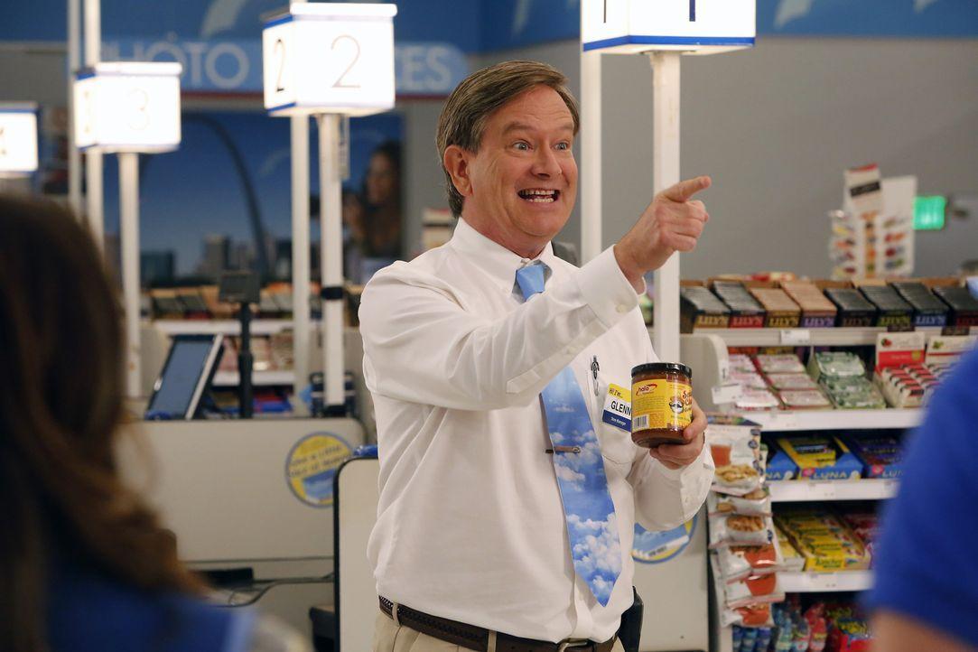 Glenn (Mark McKinney) sucht einen Freiwilligen, der eine Kostproben von Salsa Soßen verteilt und hat dabei schon jemanden ins Auge gefasst ... - Bildquelle: Vivian Zink 2015 Universal Television LLC. ALL RIGHTS RESERVED.