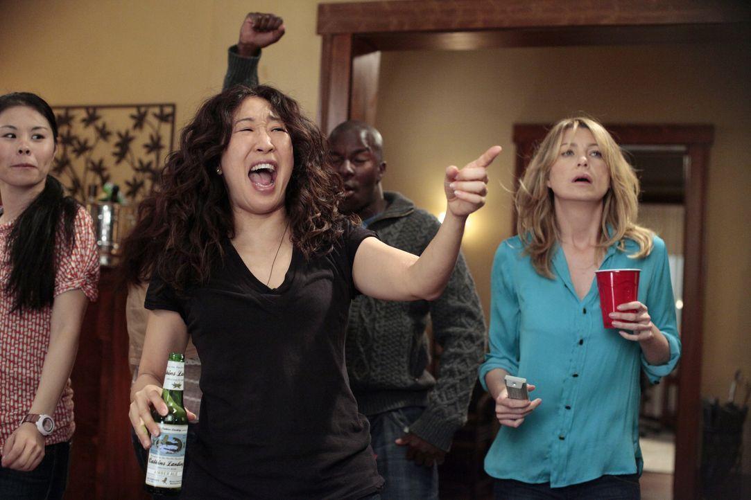 Nachdem sie ihre Prüfung bestanden haben - feiern Meredith (Ellen Pompeo, r.) und Cristina (Sandra Oh, 2.v.l.) was das Zeug hält ... - Bildquelle: Touchstone Television