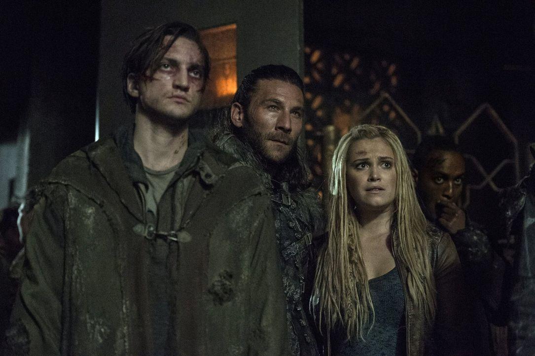 Hasst Roan (Zach McGowan, M.) Clarke (Eliza Taylor, r.), Murphy (Richard Harmon, l.) und den Rest der Skaikru genug, um auf einen neuen Commander zu... - Bildquelle: 2014 Warner Brothers