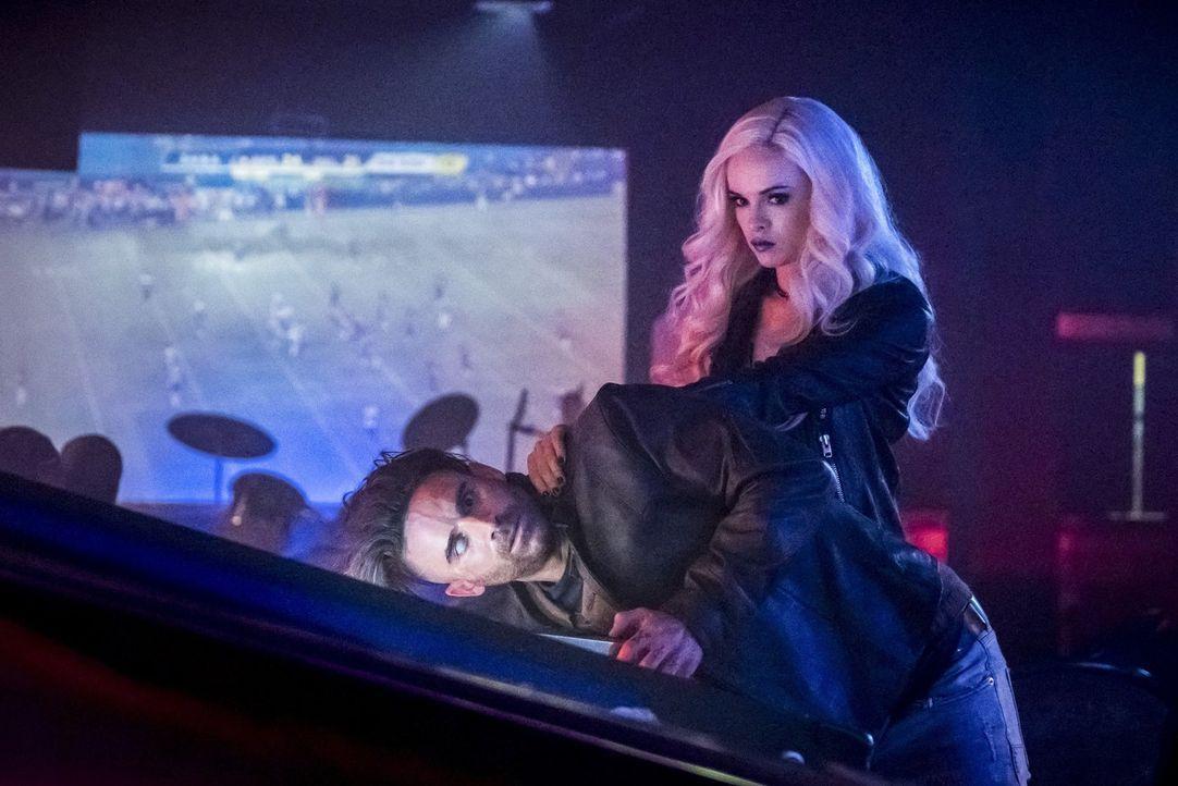 In welcher Verbindung steht Caitlin alias Killer Frost (Danielle Panabaker, r.) zu dem fragwürdigen Norvok (Mark Sweatman, l.)? - Bildquelle: 2017 Warner Bros.