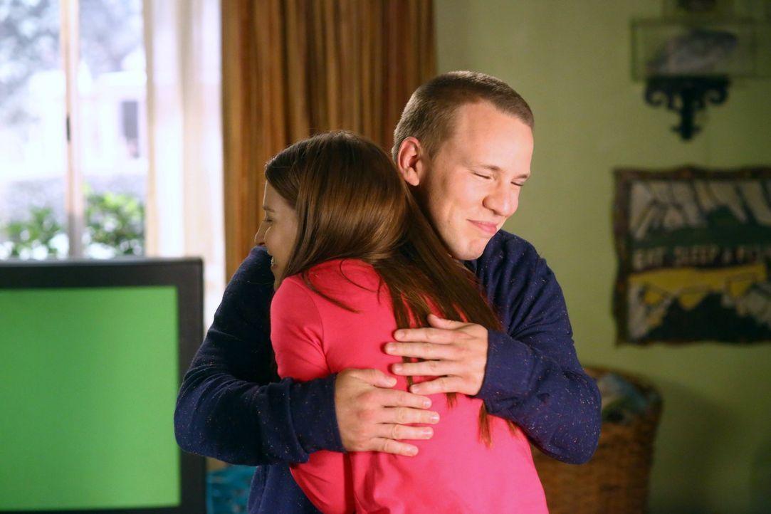 Darrin (John Gammon, hinten); Sue (Eden Sher, vorne) - Bildquelle: Warner Brothers